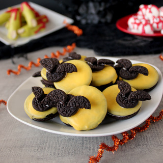 Easy 5-Minute Full Moon Oreo Bat Cookies | Kitchen Cents